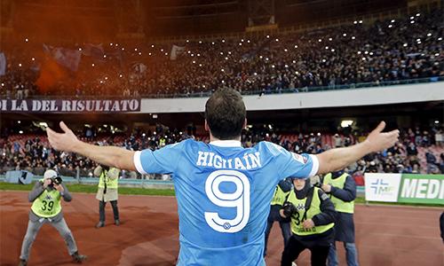 Higuain đang là ông vua trong lòng Napoli và các CĐV trung thành ở thành phố Naples. Ảnh: Reuters.