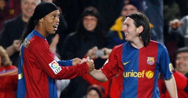 hình ảnh thi đấ chung ở Barca giữa Messi và Ronaldinho